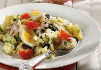 βραστές πατάτες με αυγά ζεστή σαλάτα