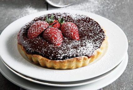 Τάρτες με γκανάζ σοκολάτας και φράουλες-featured_image