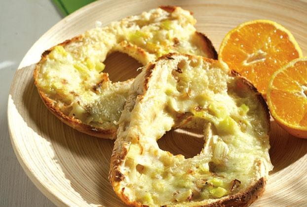 Κουλούρι Θεσσαλονίκης με πράσο και τυρί