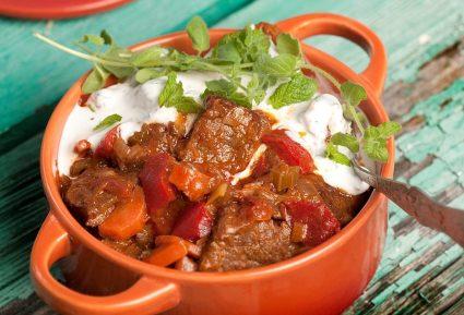 Μοσχάρι κατσαρόλας µε λαχανικά και σως γιαουρτιού-featured_image
