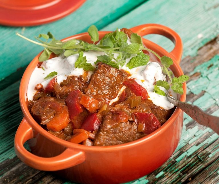 Μοσχάρι κατσαρόλας µε λαχανικά και σως γιαουρτιού