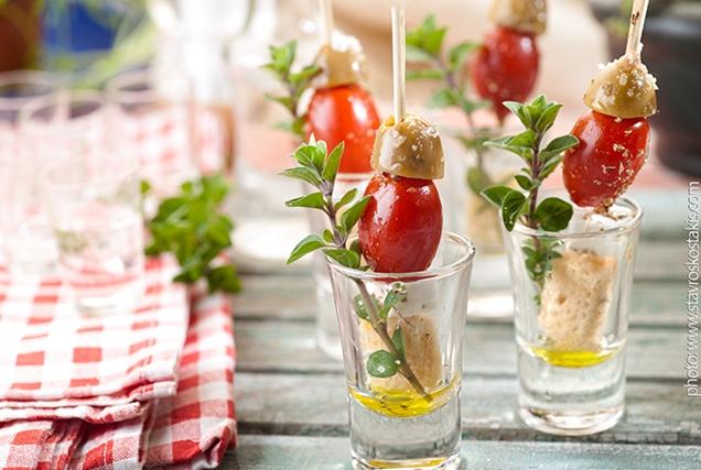 Ποτηράκια ελαιόλαδου με φέτα ντομάτα και ελιά