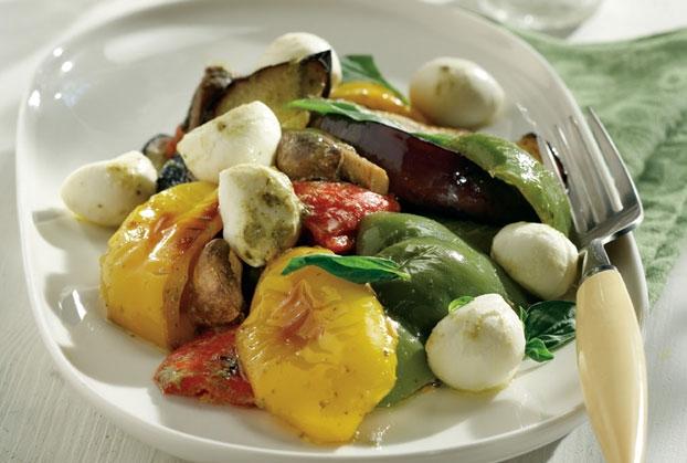 Σαλάτα ψητών λαχανικών με μοτσαρέλα & σάλτσα βασιλικού