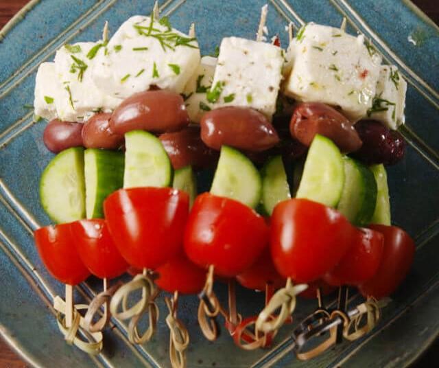 Χωριάτικη σαλάτα σουβλάκι