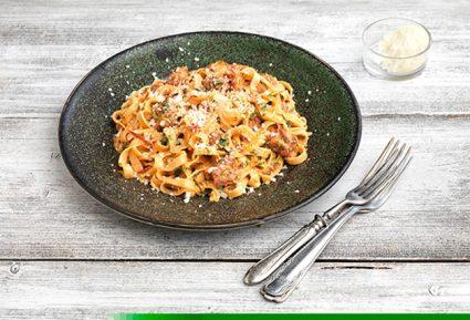 Ταλιατέλες καρμπονάρα με λουκάνικο και ντομάτα-featured_image