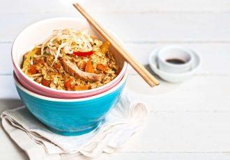 κινέζικο ρύζι με κοτόπουλο και λαχανικά στο τηγάνι