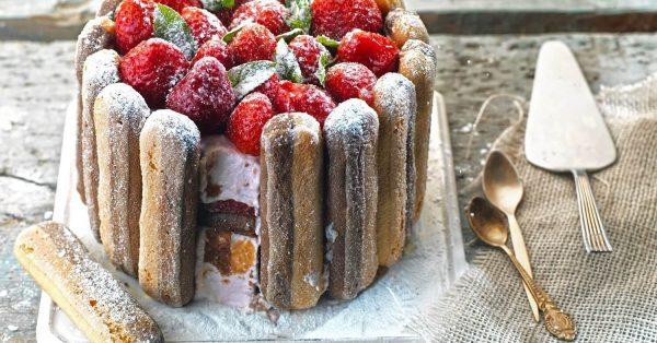 συνταγή σαρλοτ με φράουλες εύκολη τούρτα φράουλα με σαβαγιάρ γλυκό