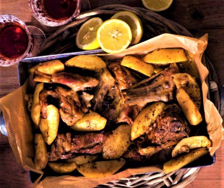 Κατσικάκι λεμονάτο με πατάτες στη γάστρα