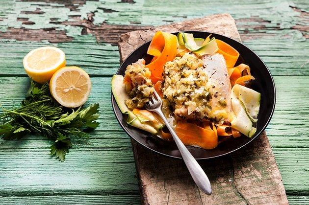 Σολομός σοτέ με ταλιατέλες λαχανικών