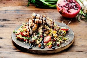 Ταμπουλέ αντιοξειδωτικό με ψητά λαχανικά και κοτόπουλο γλυκόξινο της Αργυρώς-featured_image