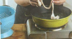 συνταγη μαγειρίτσα με μαρούλι φρικασέ