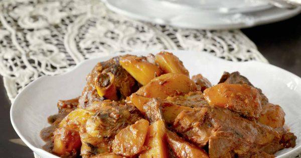αρνάκι κοκκινιστό με πατάτες στο φούρνο