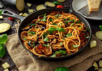 νηστίσιμη μακαρονάδα με λαχανικά και κόκκινη σάλτσα μακαρόνια με σάλτσα λαχανικών ζυμαρικά συνταγη