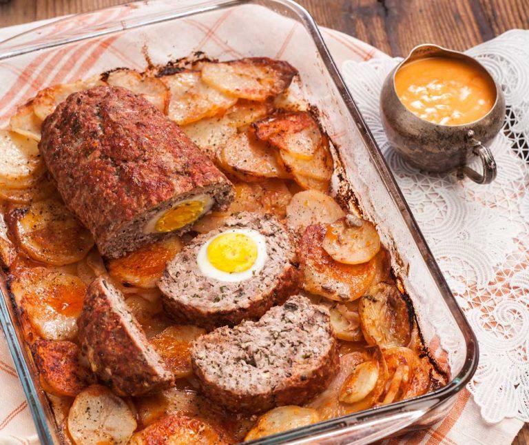 Ρολό κιμά με αυγά και μελωμένες πατάτες