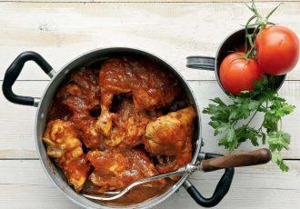 χωριάτικο κοτόπουλο με χυλοπιτάκι κοκκινιστο στην κατσαρολα