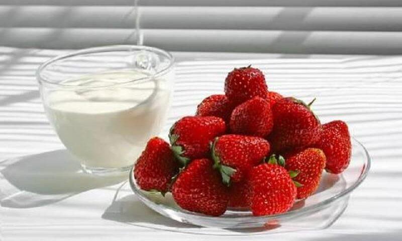 Εύκολη μάσκα προσώπου από φράουλες & κρέμα γάλακτος-featured_image