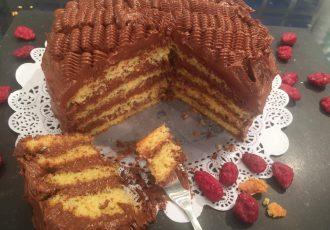 κέικ γεμιστό με πραλίνα σοκολάτας