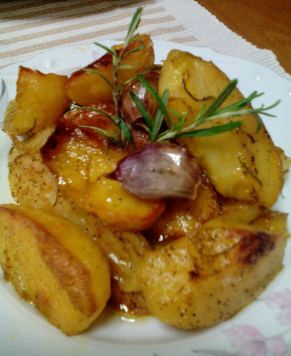 Πατάτες φούρνου σκορδάτες και τυρένιες, της Αριστέας Τσουρέκη