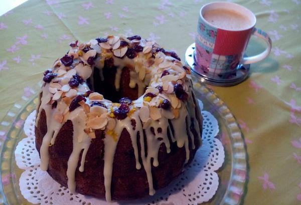 Φανταστικό κέικ κίτρινης κολοκύθας με κράνμπερις και σως λευκής σοκολάτας, της Αγγελικής Αντωνοπούλου
