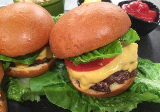 burger με ψωμάκια brioche