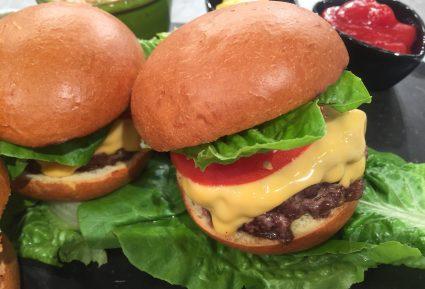Τσίζμπεργκερ (Cheeseburger) με ψωμί brioche και σαλάτα coleslaw με ρόδι-featured_image