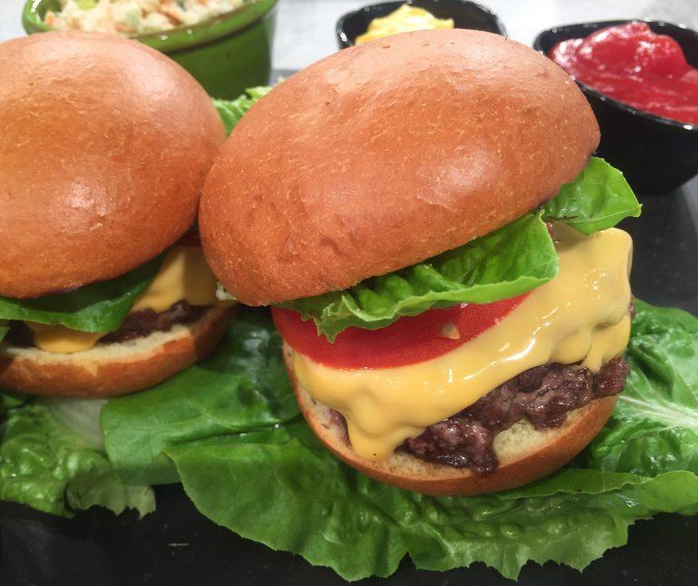 Τσίζμπεργκερ (Cheeseburger) με ψωμί brioche και σαλάτα coleslaw με ρόδι
