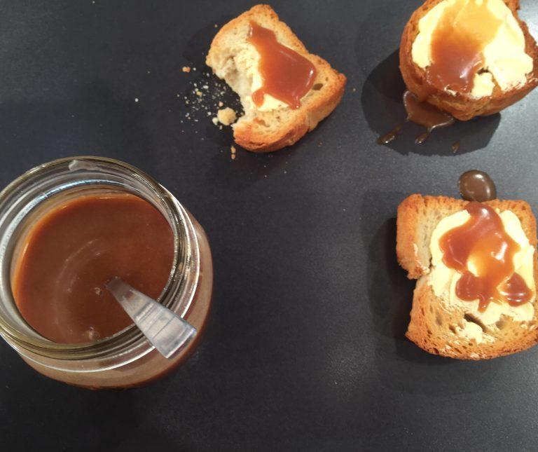 Βούτυρο με μέλι και κακάο στο ψωμί