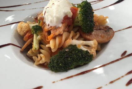 Χοιρινό με λαχανικά και βίδες ζυμαρικά-featured_image