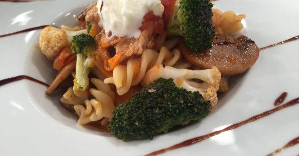 Χοιρινό με λαχανικά και βίδες