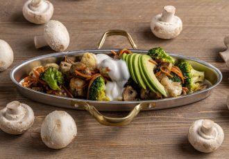 ζεστή σαλάτα λαχανικών με κουνουπίδι και μπρόκολο