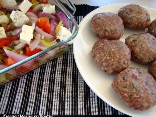Χωριάτικη σαλάτα με μπιφτέκια μέσα, της Μαρίας Καρακασίδη