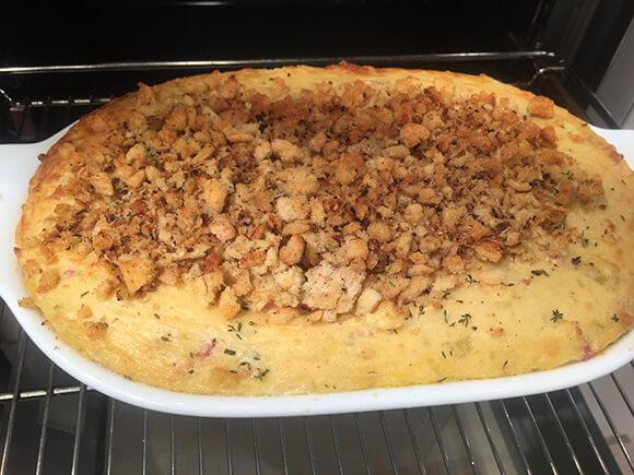 Τούρτα πατάτας ογκρατέν, με λουκάνικα ψητά και λαχανικά-featured_image