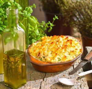 τούρτα πατάτας ογκρατέν, με λουκάνικα ψητά και λαχανικά