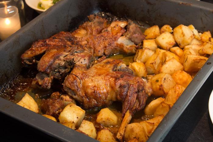 Τέλειο αρνάκι φούρνου με πατάτες, του Γιάννη Τσινάβου