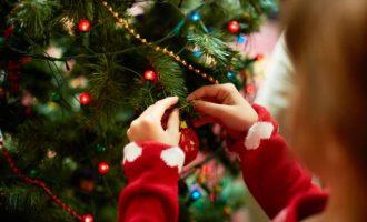 Κάντε γιορτή για τα παιδιά το στόλισμα του χριστουγεννιάτικου δέντρου-featured_image