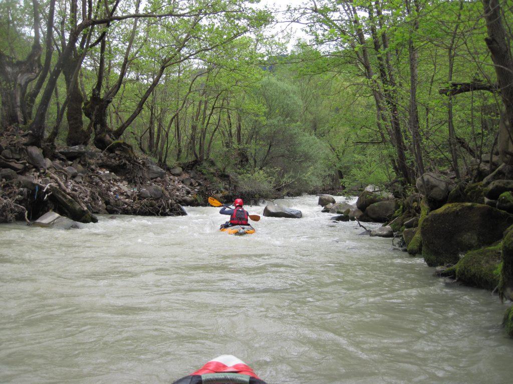 Αν αναζητάτε περισσότερες και μεγαλύτερες συγκινήσεις, η περιοχή προσφέρεται πλουσιοπάροχα, μιας και το ανάγλυφο, τα βουνά και τα γύρω ποτάμια είναι ιδανικά για πεζοπορικές, αναρριχητικές και ορειβατικές διαδρομές, χιονοδρομία, διασχίσεις και αναβάσεις με ορειβατικά σκι, διαδρομές για 4Χ4, on-off μοτοσυκλέτες και ποδήλατο βουνού, rafting (κατάβαση ποταμού με φουσκωτή βάρκα), canoeing, kayaking, canyoning (διάσχιση φαραγγιού), και ιππασία.