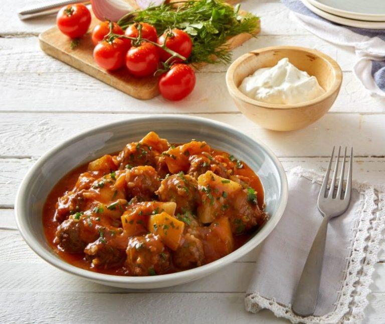 Γιουβαρλάκια κοκκινιστά με ντομάτα