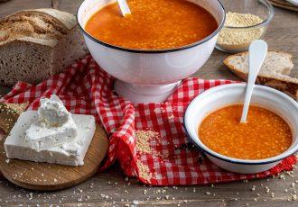 κοκκινιστος τραχανάς σουπα με ντοματα ξυνος γλυκος κοκκινος συνταγη