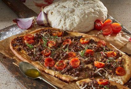 Φοκάτσια (focaccia) με κιμά, κρεμμύδια και ντοματίνια-featured_image