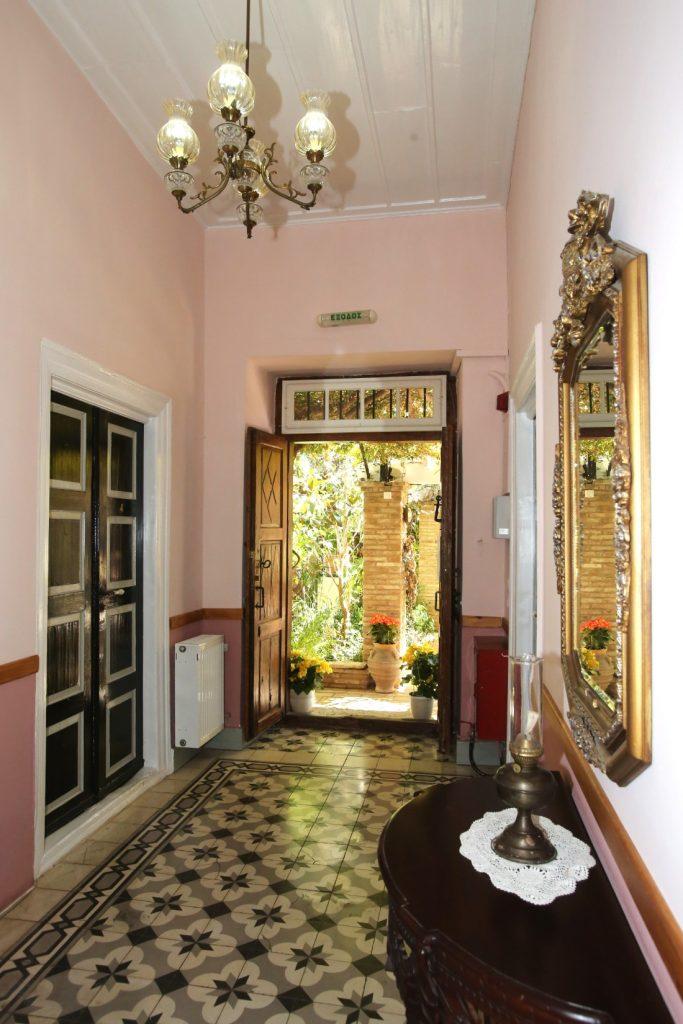 Το ξενοδοχείο Γανυμήδης βρίσκεται σε ένα ήσυχο μέρος στο κέντρο του Γαλαξιδίου, 5 μόλις λεπτά από το φημισμένο γραφικό λιμανάκι του  με τα υπέροχα χρωματιστά νεοκλασικά, τα παραδοσιακά μαγαζιά και τα γεμάτα κόσμο πανέμορφα καφέ & εστιατόρια. Είναι ένα καπετανόσπιτο του 19ου αιώνα με μια ειδυλλιακή αυλή.
