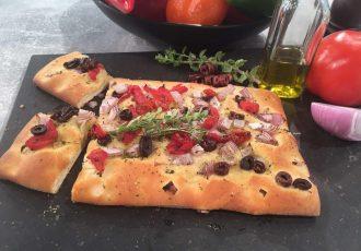 εύκολη λαδένια με ζύμη πίτσας