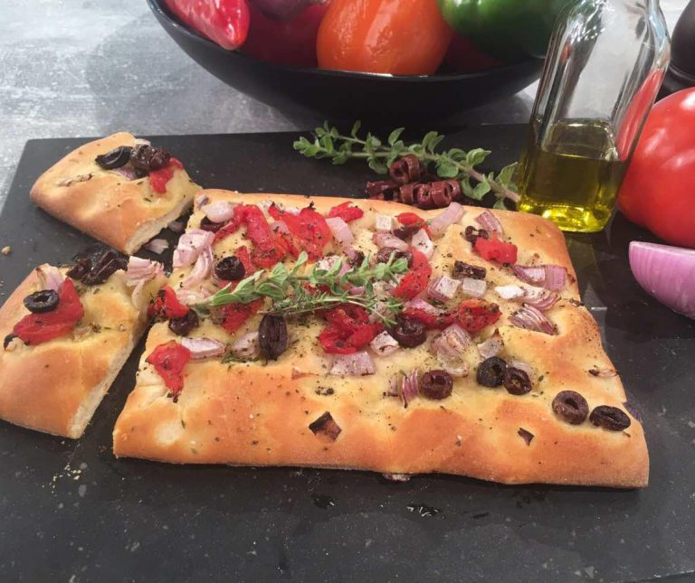 Εύκολη Λαδένια με ζύμη πίτσας της Αργυρώς Μπαρμπαρίγου