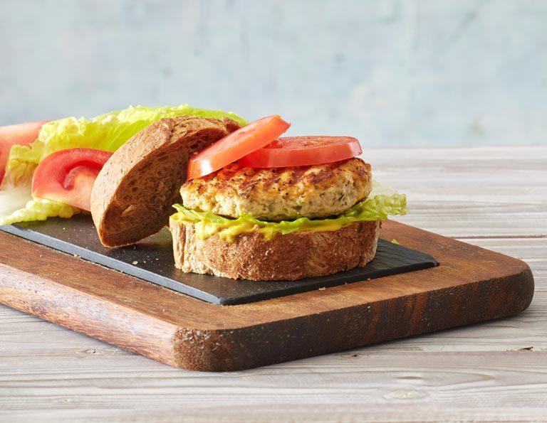 Σάντουιτς με μπιφτέκι γαλοπούλας, τυρί και ντομάτα