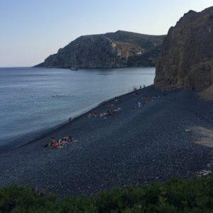 Plus: Ανάμεσα στις φημισμένες παραλίες του νησιού ανήκουν και οι: Μαύρα Βόλια: Μη πάρεις μαζί σου πέτρες από την παραλία, καταστρέφεις τη φυσική ομορφιά του τοπίου argiro.gr