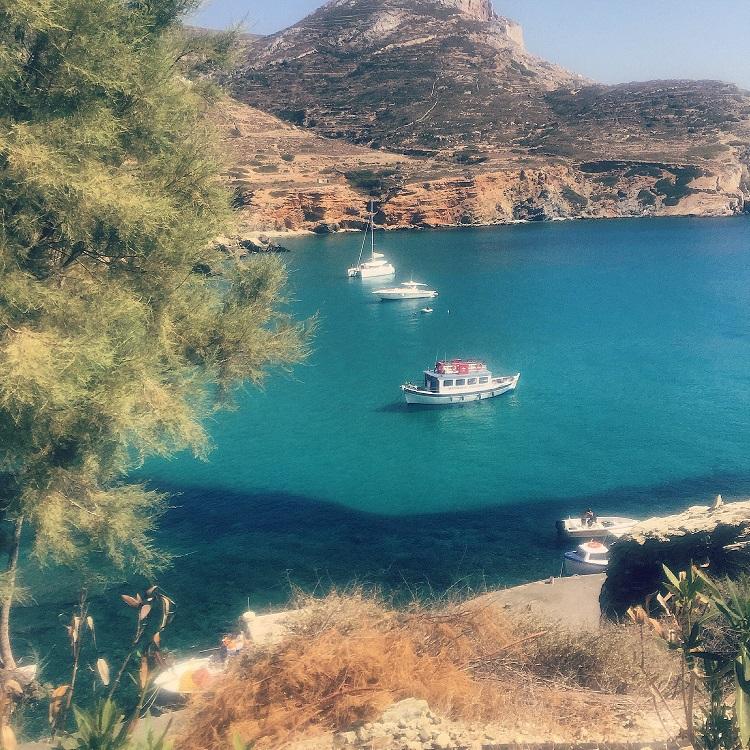 H Αγκάλη δεν είναι τυχαία η πιο γνωστή παραλία του νησιού αφού εκτός πολύ όμορφη είναι και κομβικό σημείο για να πάρεις το καραβάκι που θα σε πάει σε άλλες παραλίες όπως ο Άγιος Νικόλαος με το υπέροχο εξωκλήσι και τα αλμυρίκια (αν πεινάσεις τσιμπάς στη ταβέρνα Παπαλάγκι)! Να σημειωθεί ότι η παραλία (σσ. η Αγκάλη) διαθέτει και δεύτερο κολπίσκο στον οποίο μπορείς να φτάσεις μόνο μέσα απ' το νερό.