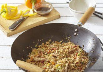 κινέζικο τηγανητό ρύζι με αυγό και λαχανικά στο γουόκ
