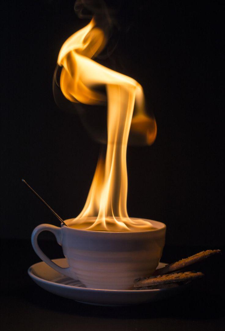 Συμβουλή της αναγνώστριας μας Σοφίας Παπαγιαννάκη: Σε ένα πιατάκια βάλτε 2 κουταλάκια καφέ και ανάψτε τα με έναν αναπτήρα. Ο καπνός που δημιουργείτε διώχνει της μύγες και της σφήκες.