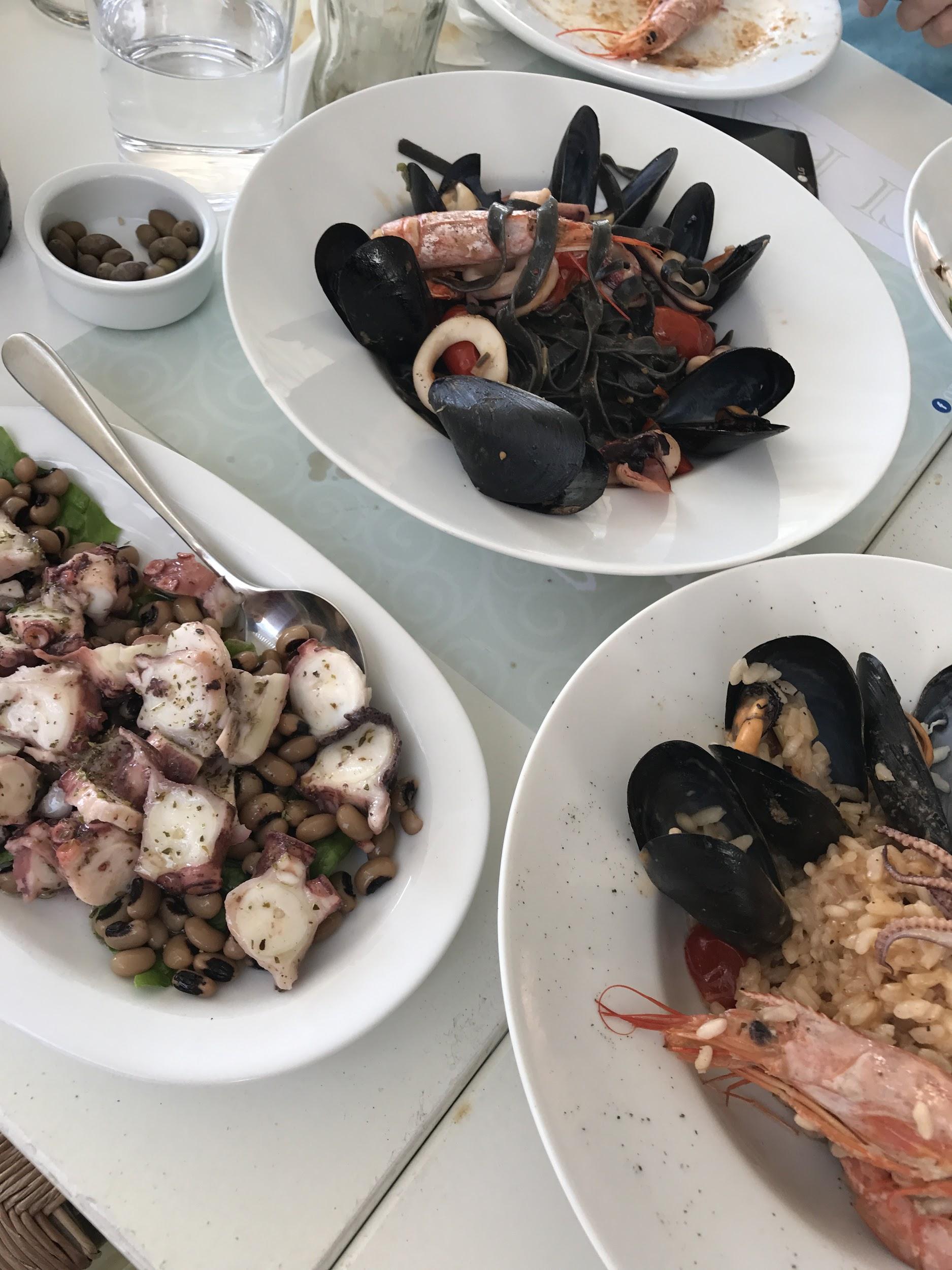Στην περιοχή Κόρθι με την ομώνυμη παραλία υπάρχει το Sea Satin Nino, ένα εξαιρετικό ελληνικο-ιταλικό εστιατόριο! Αν πάλι βρεθείς στο Μπατσί- ένα μικρό αλλα δημοφιλές τουριστικό ψαροχώρι που δοξαστηκε στα 70΄s αλλα άκομη θεωρείται δεύτερο κέντρο και σίγουρα βολευει αν θες να ανακαλύψεις την δυτική πλευρά του νησιού- όφειλεις να κάνεις μια στάση στο Ότι Καλό, ένα υπέροχο seafood restaurant με θέα στη θάλασσα και πιάτα που δε ξεχνιούντα έυκολα! Last but not least, το πιο δημοφιλές by far εστιατόριο του νησιού είναι ο Ταρσάνας!