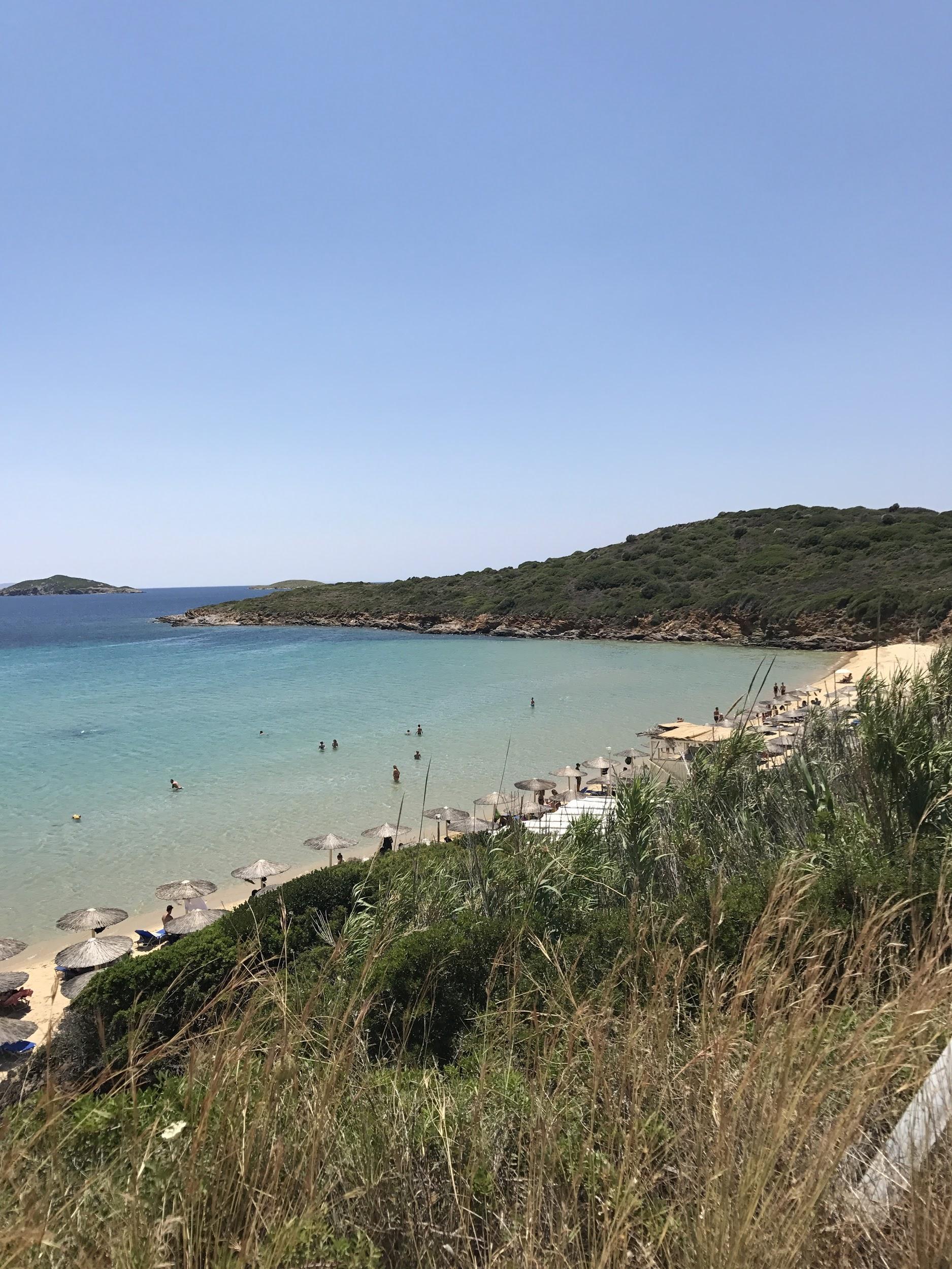 Αν θες όμορφα beach bar, χρυσή αμμουδιά και ωραίο chill κόσμο πας στον Άγιο Πέτρο ή τη Χρυσή Άμμο, παραλίες κολλημένες η μία δίπλα στην άλλη ουσιαστικά!
