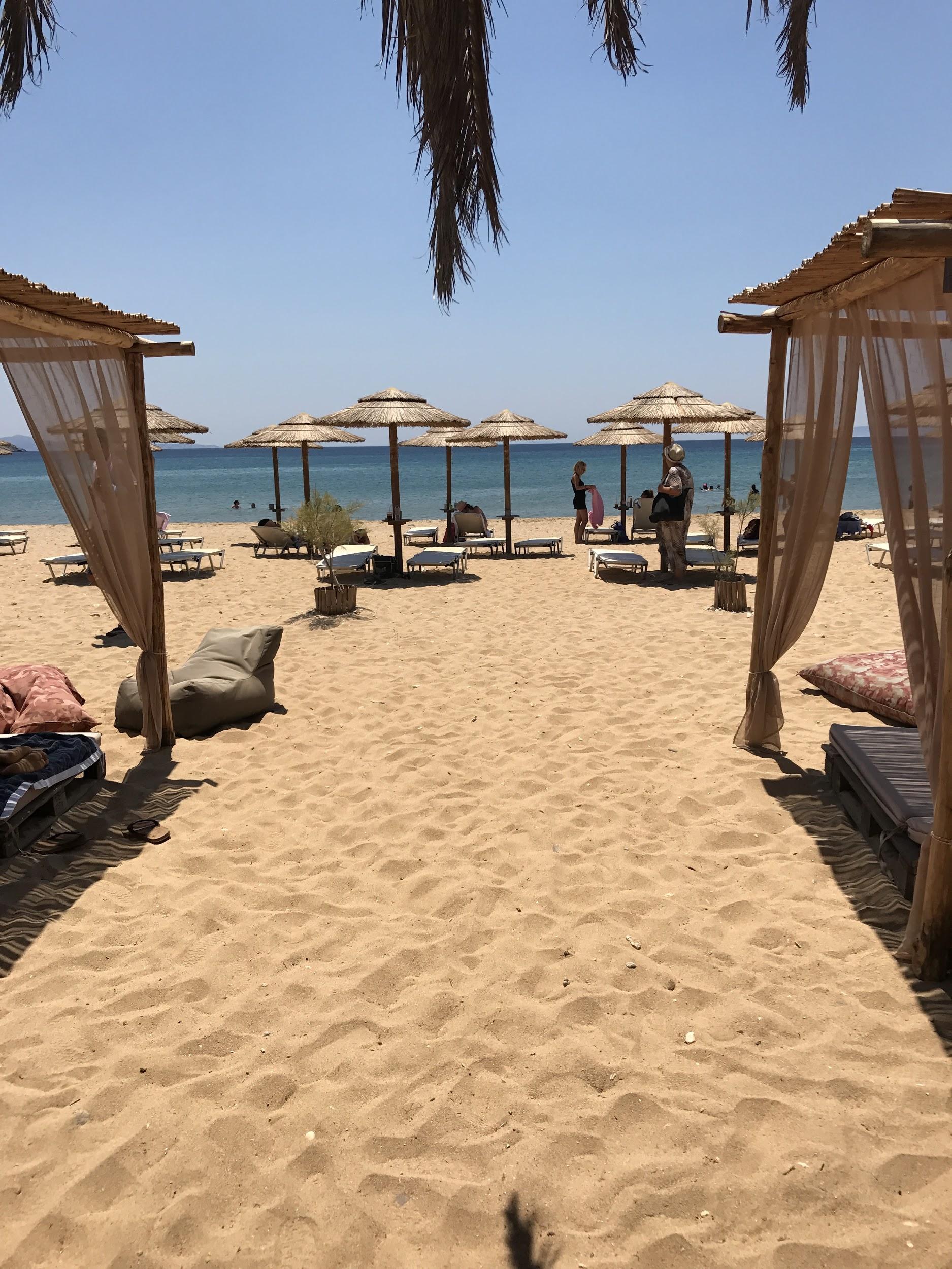 Αν πάλι θες να ανέβεις γραφικά σκαλοπάτια μέχρι να συναντήσεις μια υπέροχη κυκλαδίτικη εκκλησία, να βγάλεις καμια φώτο και στο καπάκι να κατέβεις ένα ολάνθιστο μονοπάτι που θα σε οδηγήσει σε μια ονειρεμένη παραλία με ένα μικρό αλλα πολύ όμορφο beach bar, τα Πίσω Γυάλια είναι μονόδρομος!
